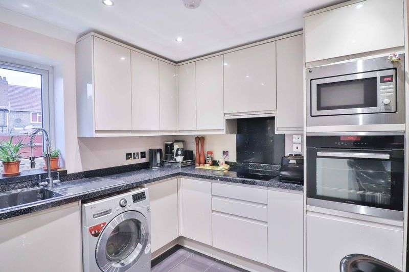 2 Bedrooms Property for sale in Rochfords Gardens, Slough