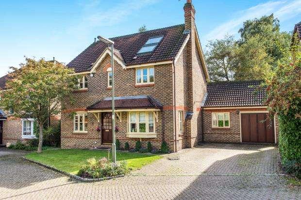 5 Bedrooms Detached House for sale in Lightwater, Surrey