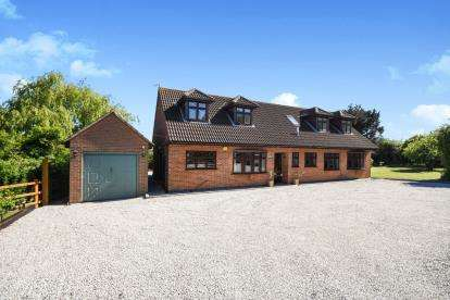 5 Bedrooms Bungalow for sale in Vange, Basildon, Essex