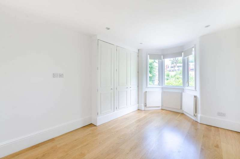 3 Bedrooms Maisonette Flat for rent in Thornton Avenue, Chiswick, W4