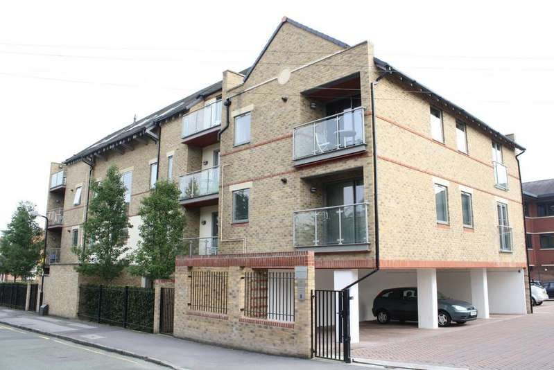 2 Bedrooms Apartment Flat for rent in The Crescent Maidenhead Berkshire