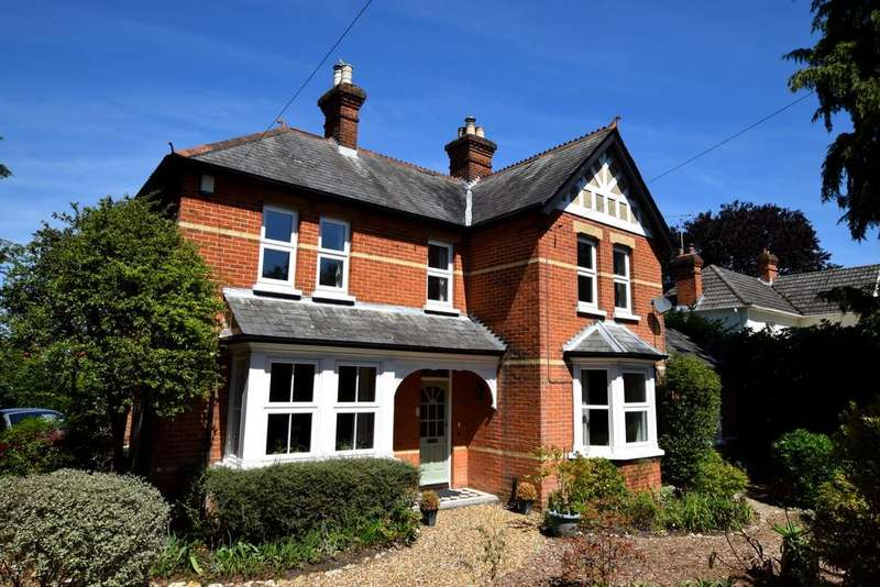 4 Bedrooms Detached House for sale in Guildford Road, Fleet