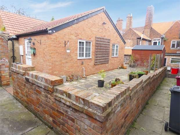 2 Bedrooms Detached House for sale in Castledyke South, Barton-upon-Humber, Lincolnshire
