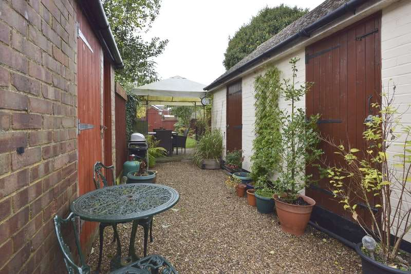 2 Bedrooms Cottage House for sale in Luton Road, Toddington, Bedfordshire, LU5