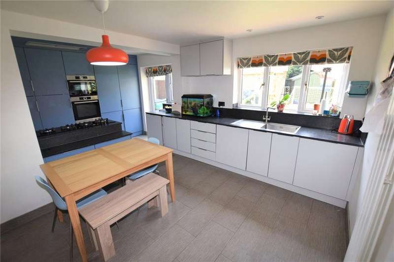 5 Bedrooms Detached House for sale in Dauntless Road, Burghfield Common, Reading, RG7