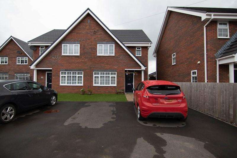 4 Bedrooms Semi Detached House for sale in Clos Trehelyg, Ebbw Vale