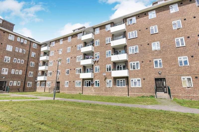 3 Bedrooms Flat for rent in Restons Crescent, London, SE9