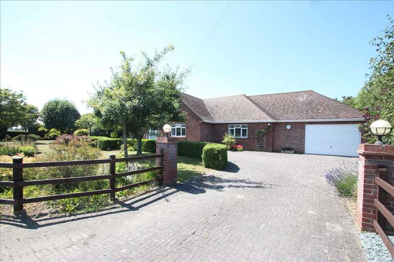 5 Bedrooms Bungalow for sale in Harwich Road, Little Clacton