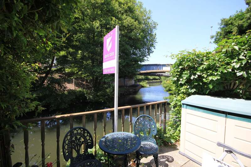 3 Bedrooms Terraced House for sale in Elgar Road, Reading, RG2