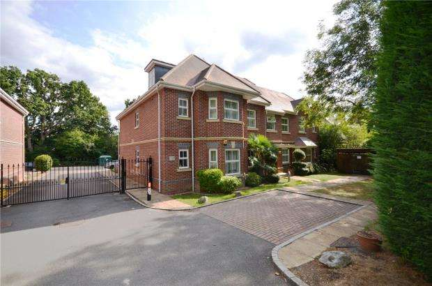 2 Bedrooms Apartment Flat for sale in Tudor Court, London Road, Windlesham