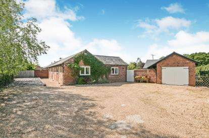 4 Bedrooms Bungalow for sale in Ledsham Hall Lane, Ledsham, Cheshire, CH66