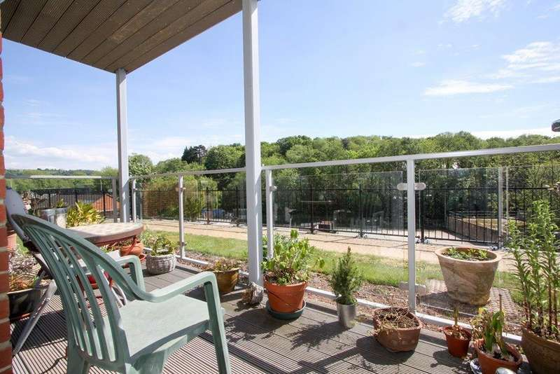 2 Bedrooms Flat for sale in Stroudwater Court, Cainscross Road, Stroud, GL5 4ET