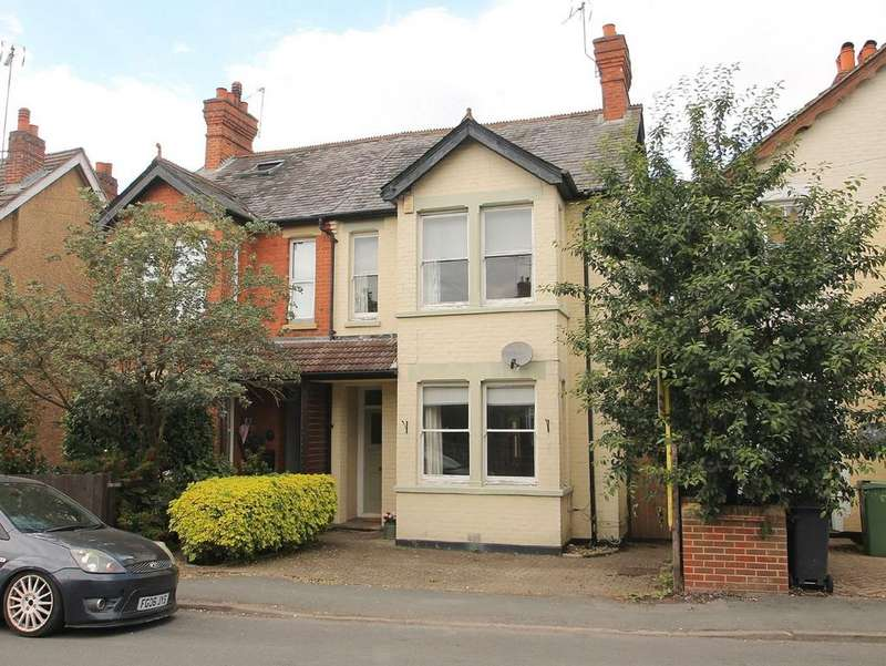 3 Bedrooms Semi Detached House for rent in Gordon Avenue, Camberley, GU15