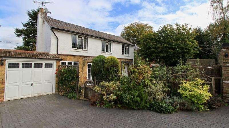 3 Bedrooms Detached House for sale in Village Road, Ballinger
