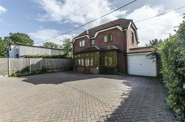 3 Bedrooms Detached House for sale in Burnetts Lane, Horton Heath, EASTLEIGH, Hampshire