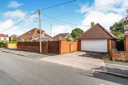 4 Bedrooms Bungalow for sale in Totton, Southampton, Hampshire