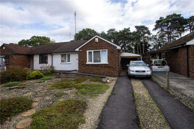 2 Bedrooms Bungalow for sale in Nightingale Road, Woodley, Reading