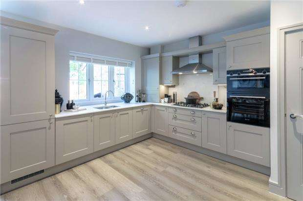 3 Bedrooms Detached House for sale in Princess Marina Drive, Arborfield Green, Reading