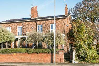 3 Bedrooms Flat for sale in Boughton, Chester, Cheshire, CH3