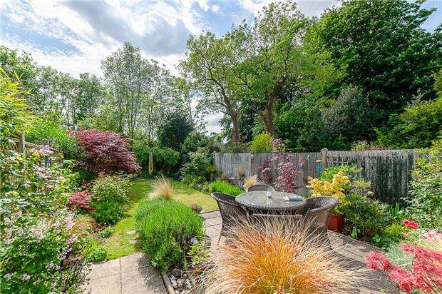 2 Bedrooms Cottage House for sale in Meadow Hill, Woodcote Grove, COULSDON, Surrey, CR5 2QQ