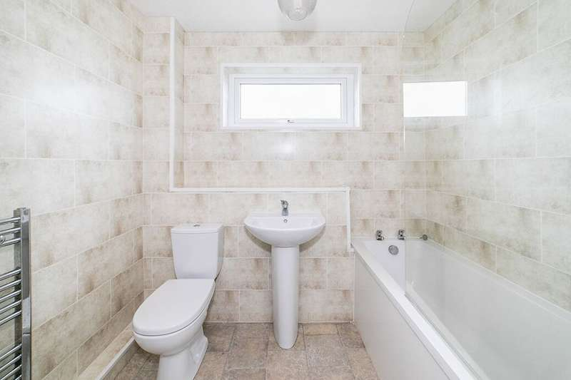 2 Bedrooms Flat for rent in Bullfinch Drive, Whickham, Newcastle Upon Tyne, NE16