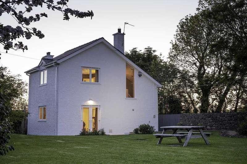 4 Bedrooms Detached House for sale in Pen Lon Quirt, Dwyran