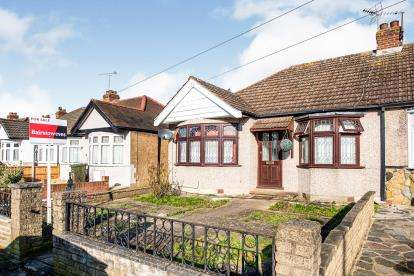 4 Bedrooms Bungalow for sale in Mawneys, Romford, Havering