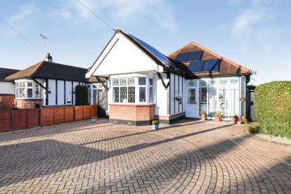 3 Bedrooms Bungalow for sale in Leigh On Sea, Essex