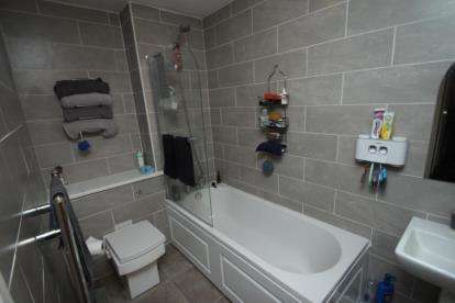 2 Bedrooms Flat for sale in Crownhill Court, Glenmavis, Airdrie, North Lanarkshire