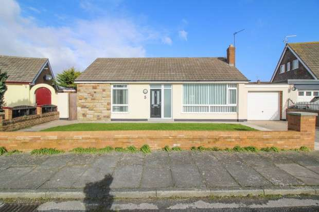 3 Bedrooms Bungalow for sale in Evesham Close, Thornton-Cleveleys, FY5