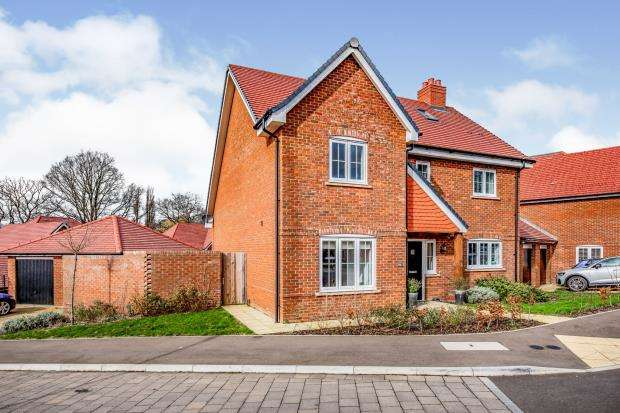 4 Bedrooms Detached House for sale in Crookham Village, Fleet, Hampshire