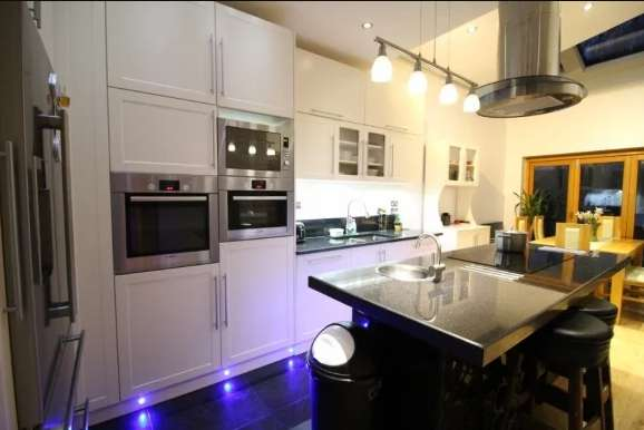 4 Bedrooms Property for sale in Restons Crescent, New Eltham, London , SE9 2JH