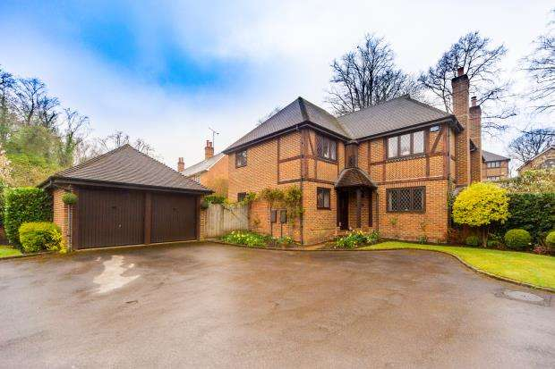 5 Bedrooms Detached House for sale in Vigo Lane, Yateley, Hampshire