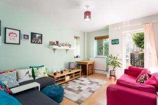 1 Bedroom Flat for sale in Rollo Court, Strasburg Road, Battersea, London