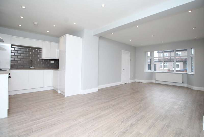 4 Bedrooms Terraced House for sale in Philip Avenue, Romford