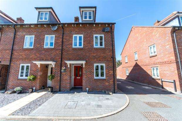 3 Bedrooms End Of Terrace House for sale in Kingshill Crescent, High Wycombe, Buckinghamshire