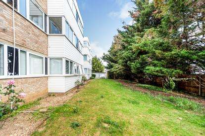 2 Bedrooms Flat for sale in Mawneys, Romford, Havering