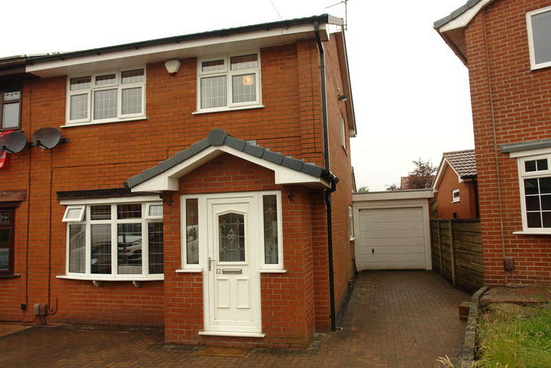 3 Bedrooms Semi Detached House for sale in St James Close, Thornham, Rochdale