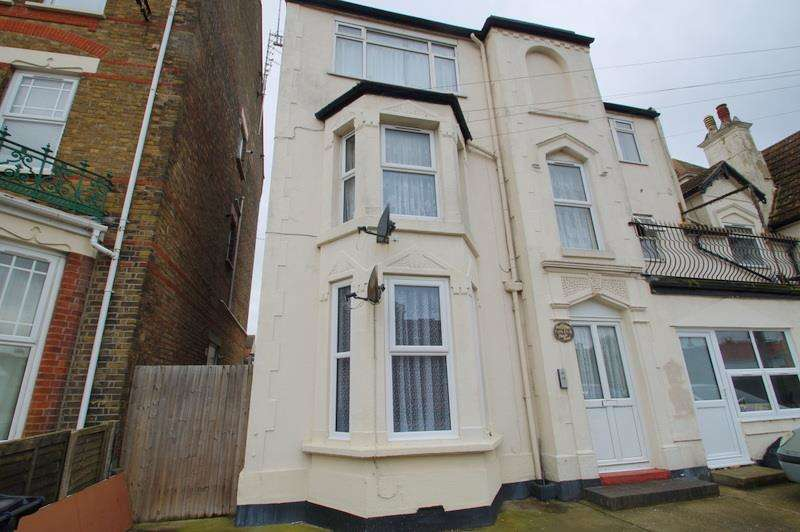 2 Bedrooms Flat for sale in Church Road, Clacton on Sea