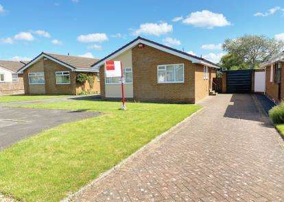 2 Bedrooms Bungalow for sale in Staindale Close, Yarm, Durham
