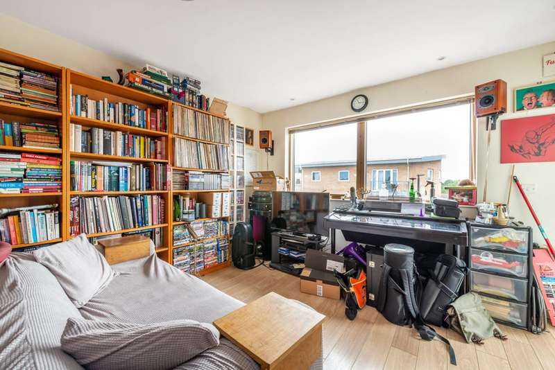 2 Bedrooms Flat for sale in Bell Road, Hounslow, TW3