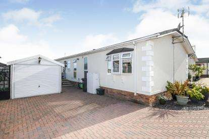 2 Bedrooms Mobile Home for sale in Hayes Country Park, Battlesbridge, Wickford