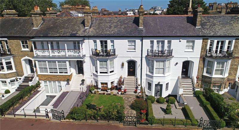 4 Bedrooms Terraced House for sale in Prittlewell Square, Clifftown Conservation Area, SS1