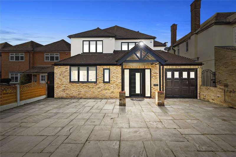 4 Bedrooms Detached House for sale in Hall Lane, Upminster, RM14