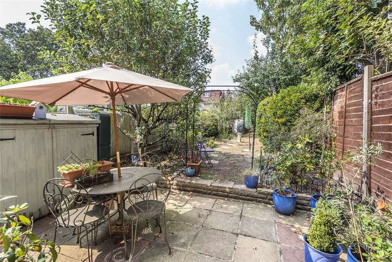 3 Bedrooms Terraced House for sale in Auckland Road, Ilford, IG1