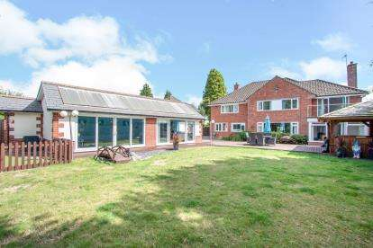 6 Bedrooms Detached House for sale in West Moors, Ferndown