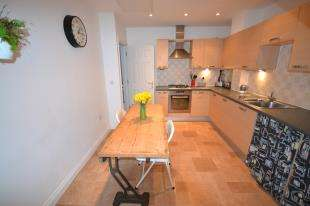 2 Bedrooms Maisonette Flat for sale in Dougall Close, Tunbridge Wells, Kent, .