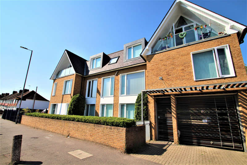 2 Bedrooms Flat for sale in Valley Lodge, Loughton