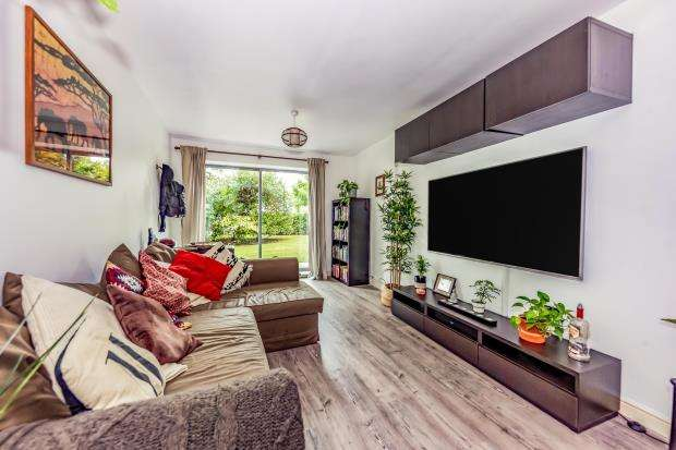 2 Bedrooms Flat for sale in Coombe Way, Farnborough, Hampshire