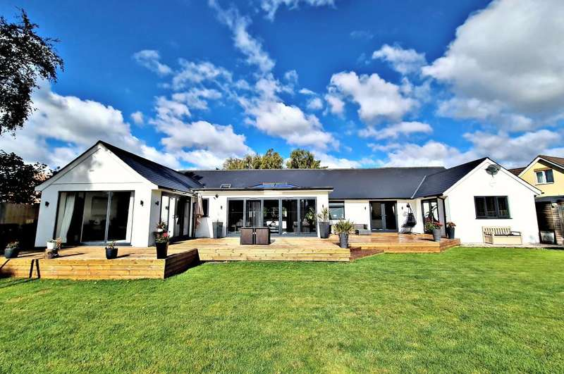 5 Bedrooms Bungalow for sale in Fir Tree Close, St Leonards, Ringwood, BH24 2QW